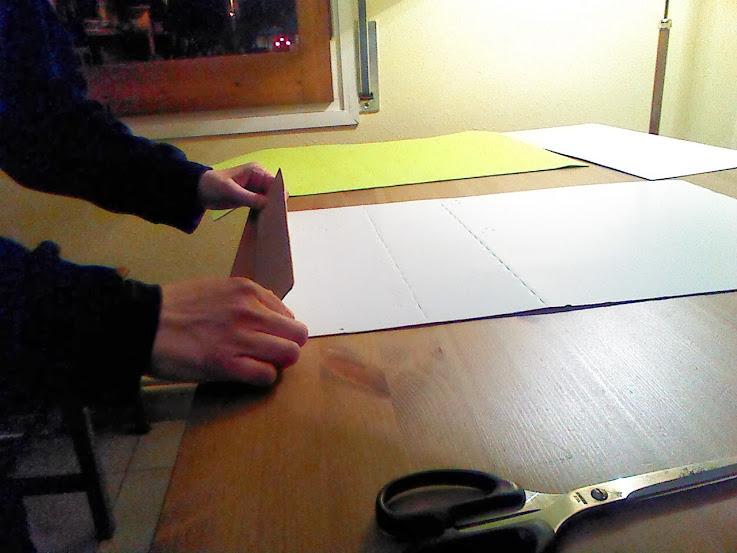Doblaremos el cartón por la parte de abajo para que no se caigan los folios.