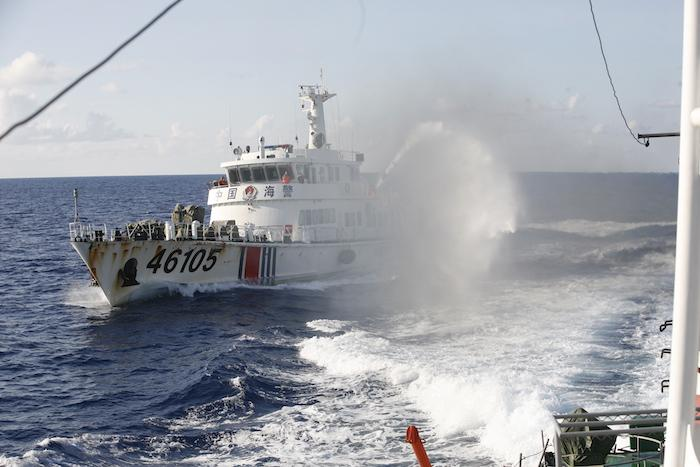 Tàu Trung Quốc đâm va, phun vòi rồng, uy hiếp tàu Việt Nam.