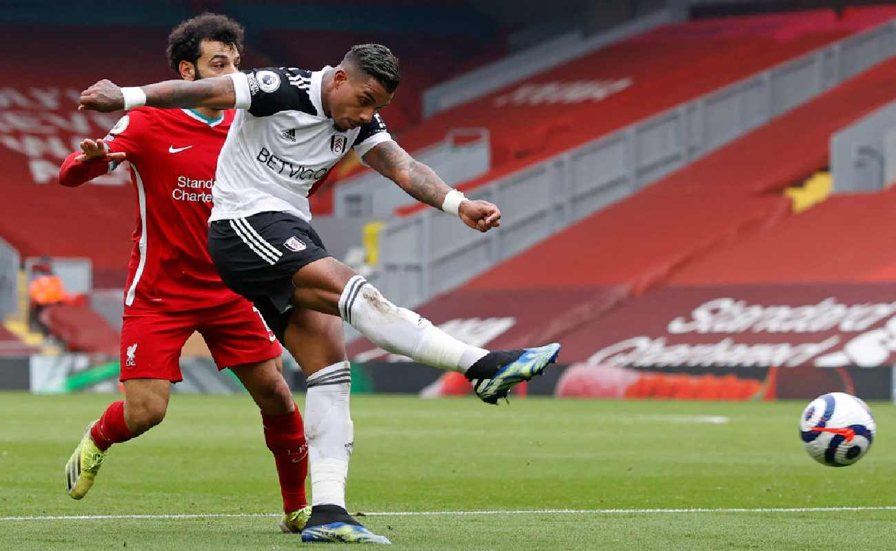 Alt: Fulham's Mario Lemina gets passed Liverpool's Mo Salah to score a goal - Photo by PHIL NOBLE/POOL/AFP via Getty Images