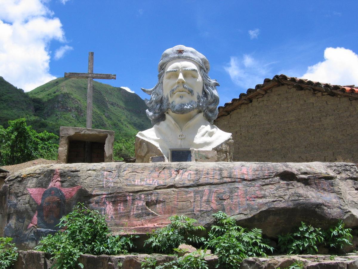 2017年是切.格瓦拉在玻利維亞遇難50週年,圖為切逝世地的紀念塑像。(圖片來源:Wikimedia Commons)