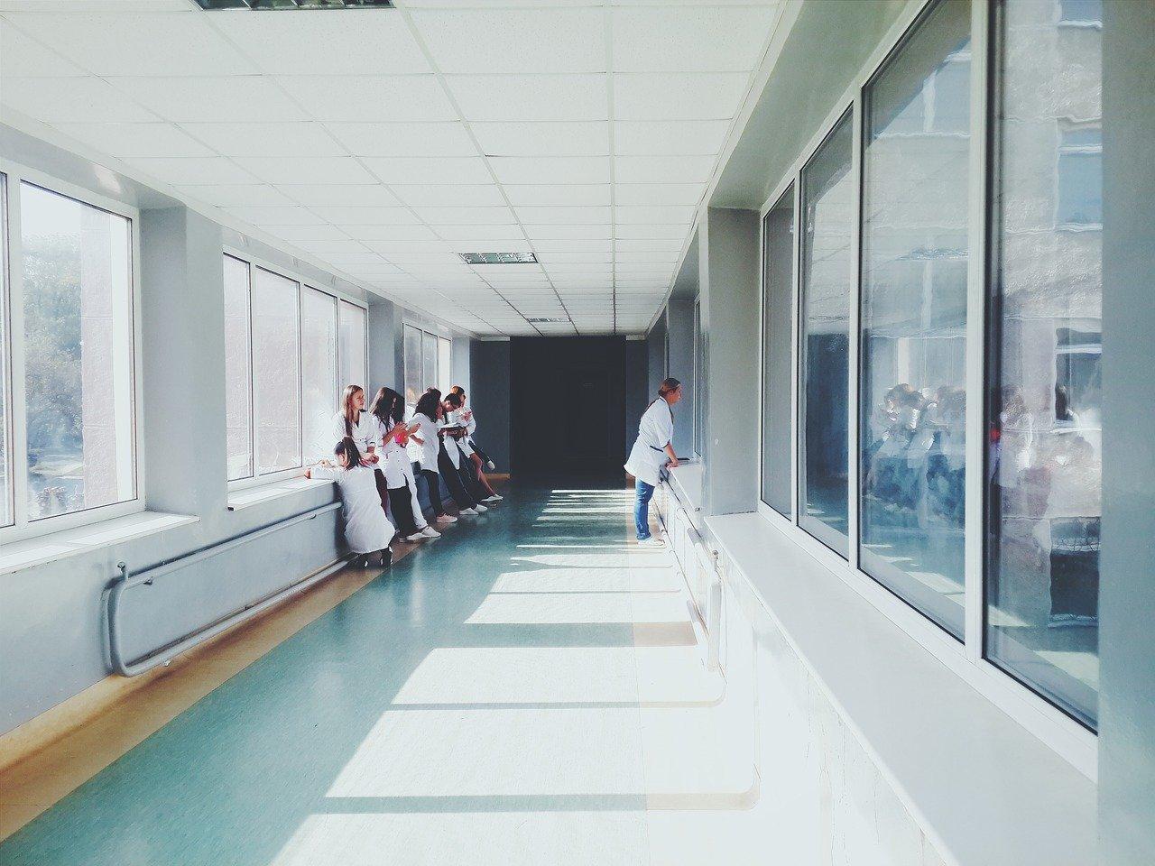 Médicos em fila aguardando no corredor de hospital