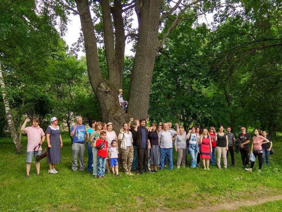 На изображении может находиться: один или несколько человек, дерево, растение, свадьба, трава, толпа, ребенок, на улице и природа