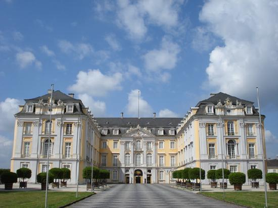 http://media-cdn.tripadvisor.com/media/photo-s/01/16/74/73/schloss-bruehl-29-6-2008.jpg