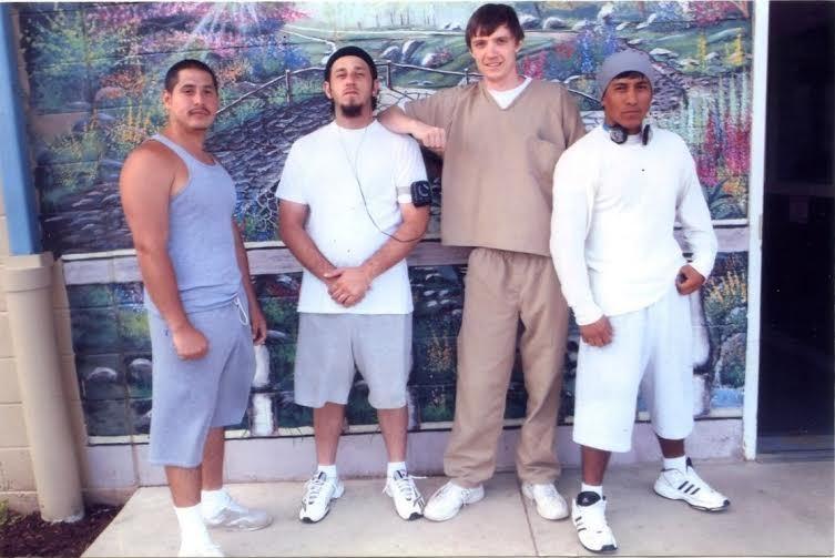 Дмитрий Насковец (третий слева) и арестанты из Эквадора, Боливии, Турции на Манхэттене (тюремная опция — фото за $2). Фото: из личного архива.