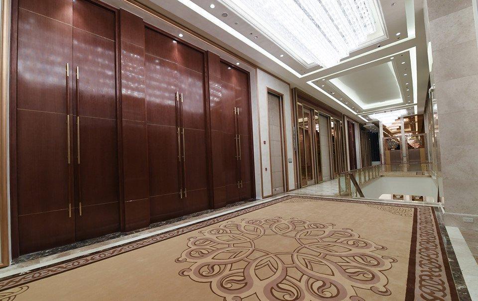 Cánh cửa trước tiền sảnh cao 6 m