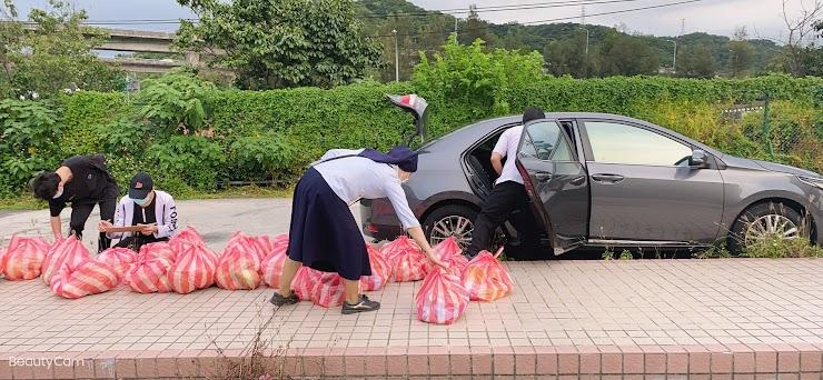 修女、神父輪流開車送物資給學生,學生志工一旁協助做記錄。