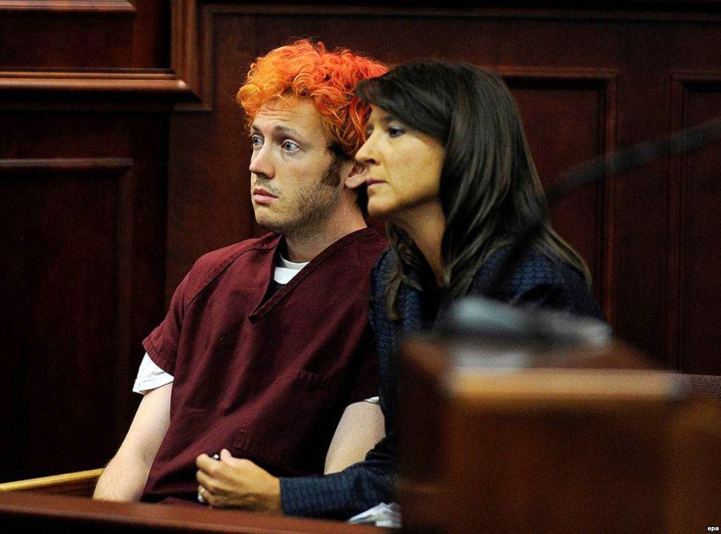 """На фото – 24-летний Джеймс Холмс, житель городка Орора, в зале суда. 20 июля 2012 года он ворвался в местный кинотеатр на премьеру фильма """"Темный рыцарь: Возрождение легенды"""" и расстрелял посетителей с помощью винтовки, помпового ружья и нескольких пистолетов. В ту ночь погибли 12 человек, 70 получили тяжелые ранения. Нападающий отбывает пожизненное наказание без права на УДО"""