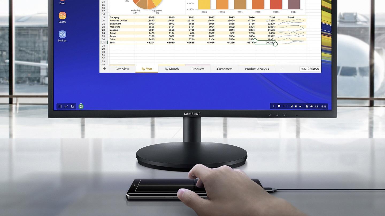 Hình ảnh sử dụng điện thoại làm thiết bị đầu vào khi làm việc với các tài liệu trên màn hình giám sát