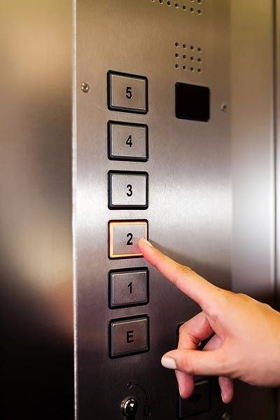 Nút bấm cơ trên bảng gọi tầng thang máy