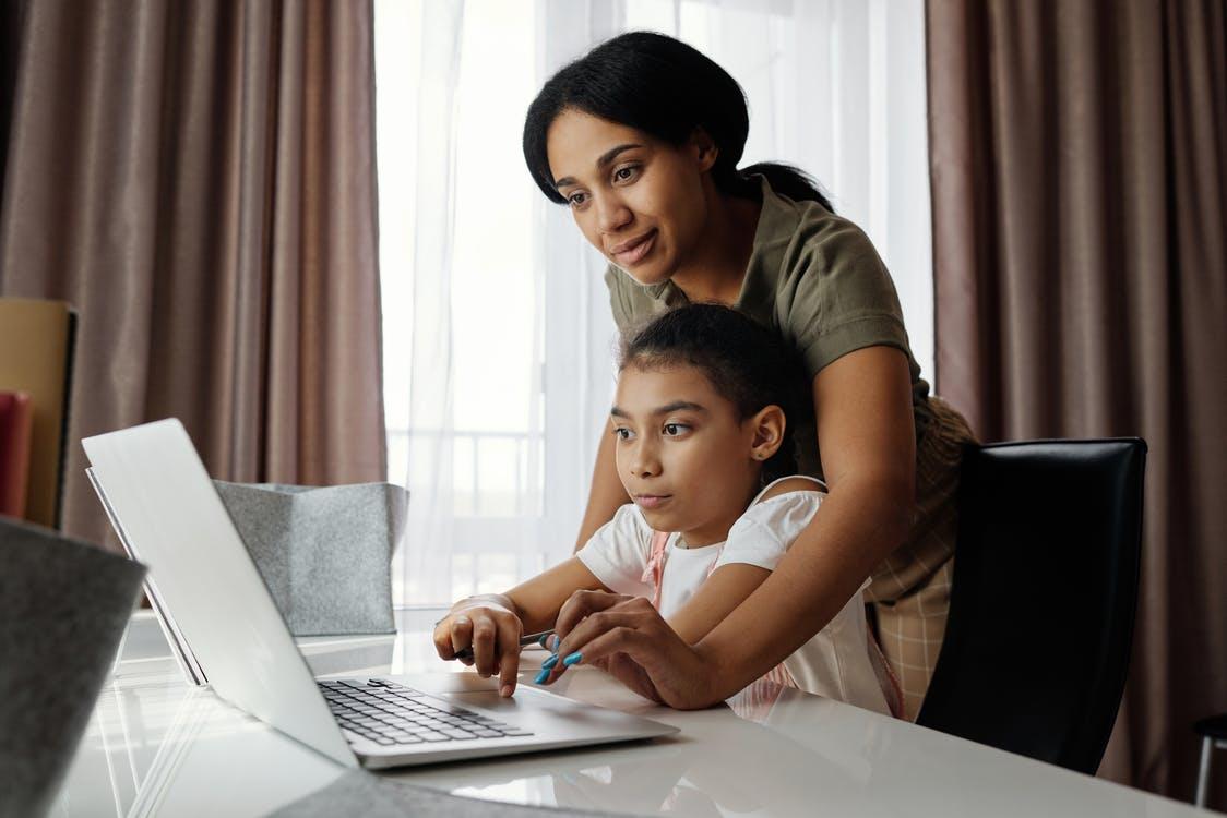 Madre Che Aiuta Sua Figlia A Usare Un Computer Portatile