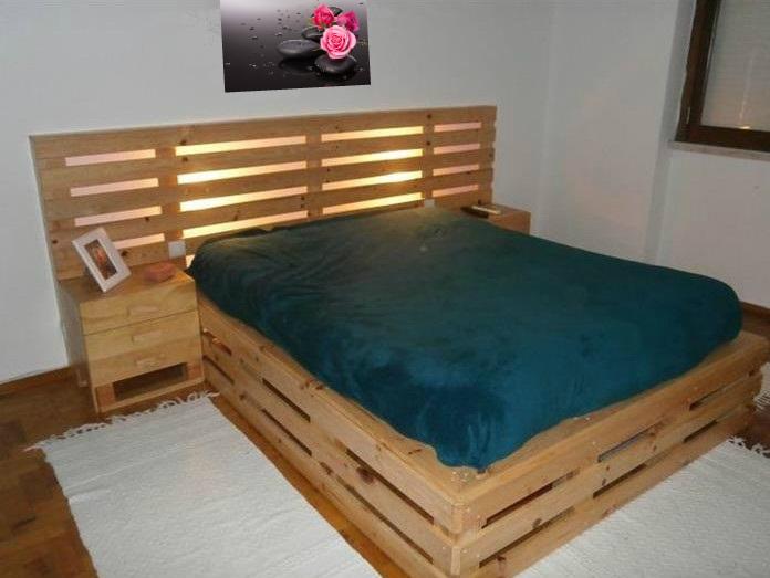 Кровать из поддонов, окрашенная в светлый коричневый оттенок