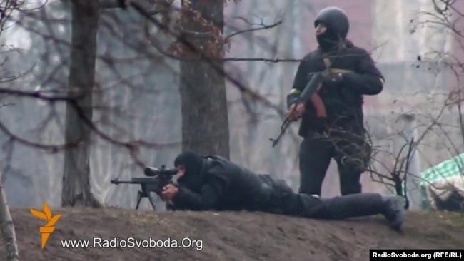 Спецпризначенці з автоматом Калашникова і снайперською гвинтівкою ведуть вогонь по беззбройним протестувальникам, Київ, вулиця Інститутська, 20 лютого 2014 року