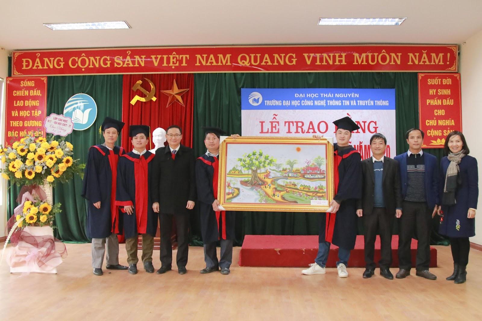 Đại diện Tân tiến sĩ, Tân thạc sĩ tặng quà lưu niệm cho nhà trường