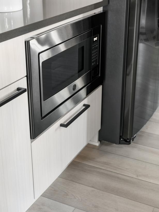 Memasang microwave dengan jarak yang rendah dari permukaan lantai - source: hgtv.com