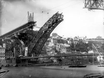Ponte Pênsil e Luís I c. 1883. Emílio Biel.JPG