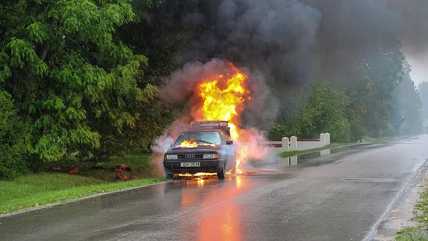 https://pixabay.com/photos/car-accident-fire-street-accident-2789841/