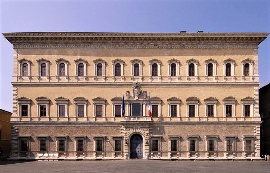 Une image contenant extérieur, bâtiment, bâtiment gouvernemental, colonnade  Description générée automatiquement