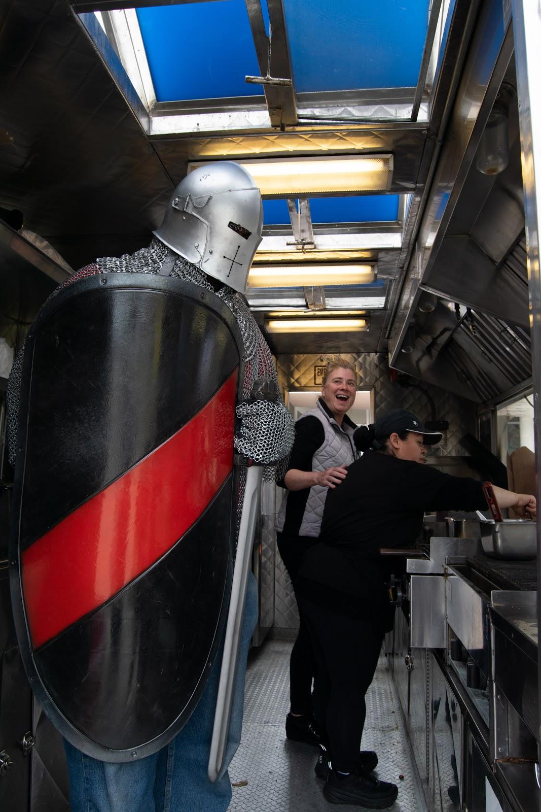 叛徒骑士马科特在食品车和斯蒂芬妮笑。
