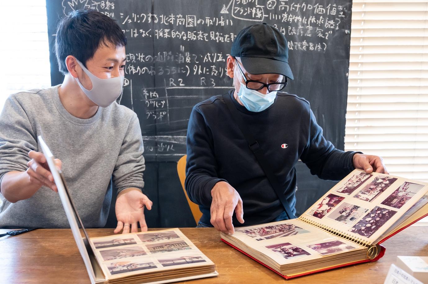 人, テーブル, 窓, 座る が含まれている画像  自動的に生成された説明