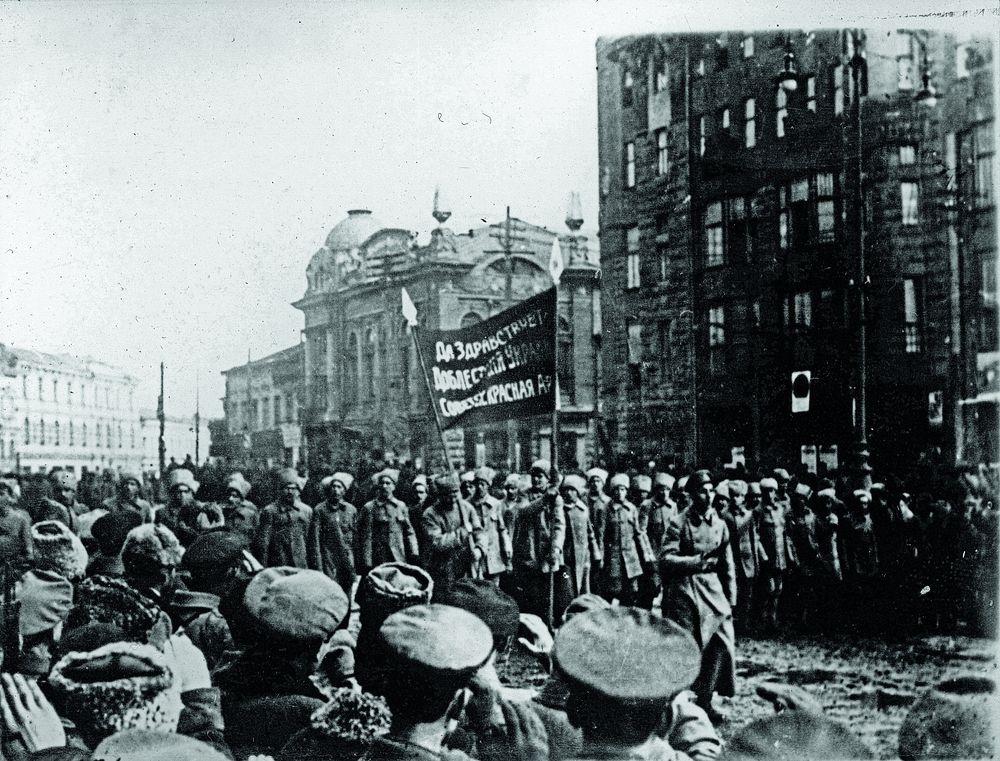 Торжественное начало: Российская большевистская армия входит в Харьков в январе 1918 года