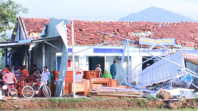 Phú Yên: Vòi rồng bứng gốc 17 trụ 110kV, 12.000 hộ dân mất điện - Ảnh 2