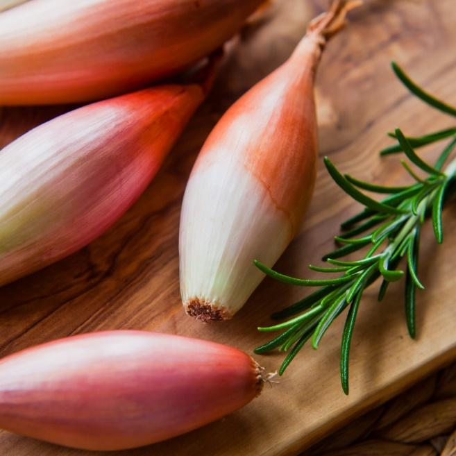 C:Usersmlemai01AppDataLocalMicrosoftWindowsINetCacheContent.Wordlong-shallots-onions-on-wooden-background-picture-id911769708.jpg