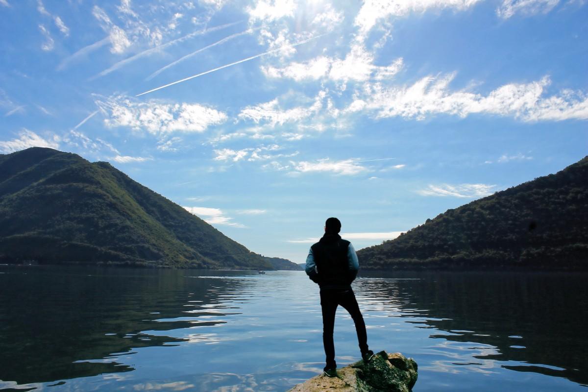Hombre en paisaje mirando