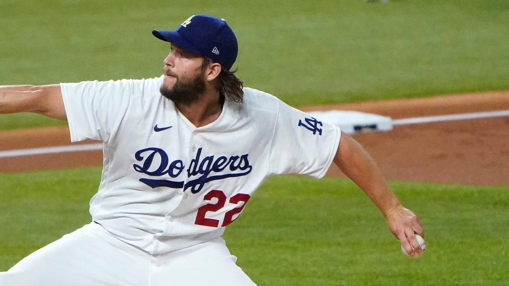 Un jugador de béisbol lanzando una pelota en la mano  Descripción generada automáticamente