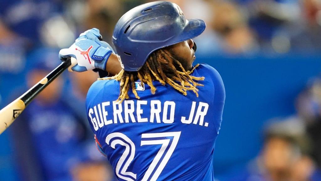 Jugador de béisbol con un bate de béisbol  Descripción generada automáticamente con confianza media