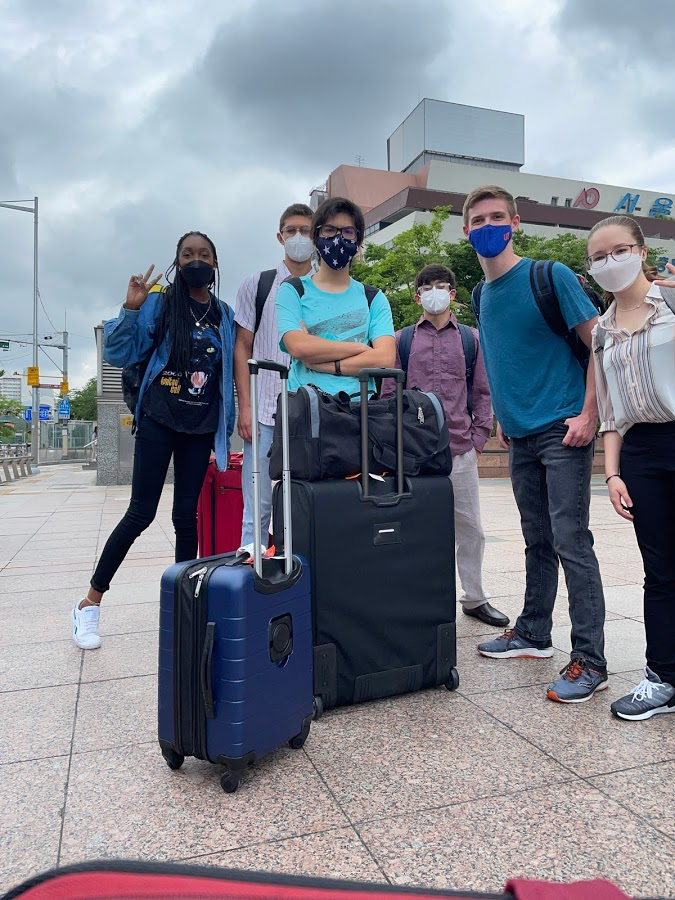 A group of people with luggage  Description automatically generated with medium confidence