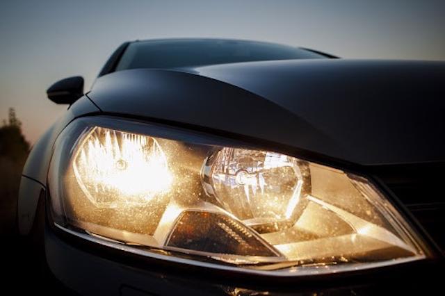 Kiểm tra chất lượng màu xi thành phẩm chóa đèn xe máy, xe hơi