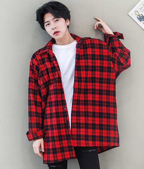 Áo sơ mi nam flannel kẻ đỏ phối với áo sơ mi trắng, quần kaki đen đặc biệt phù hợp với những người có màu da sáng.