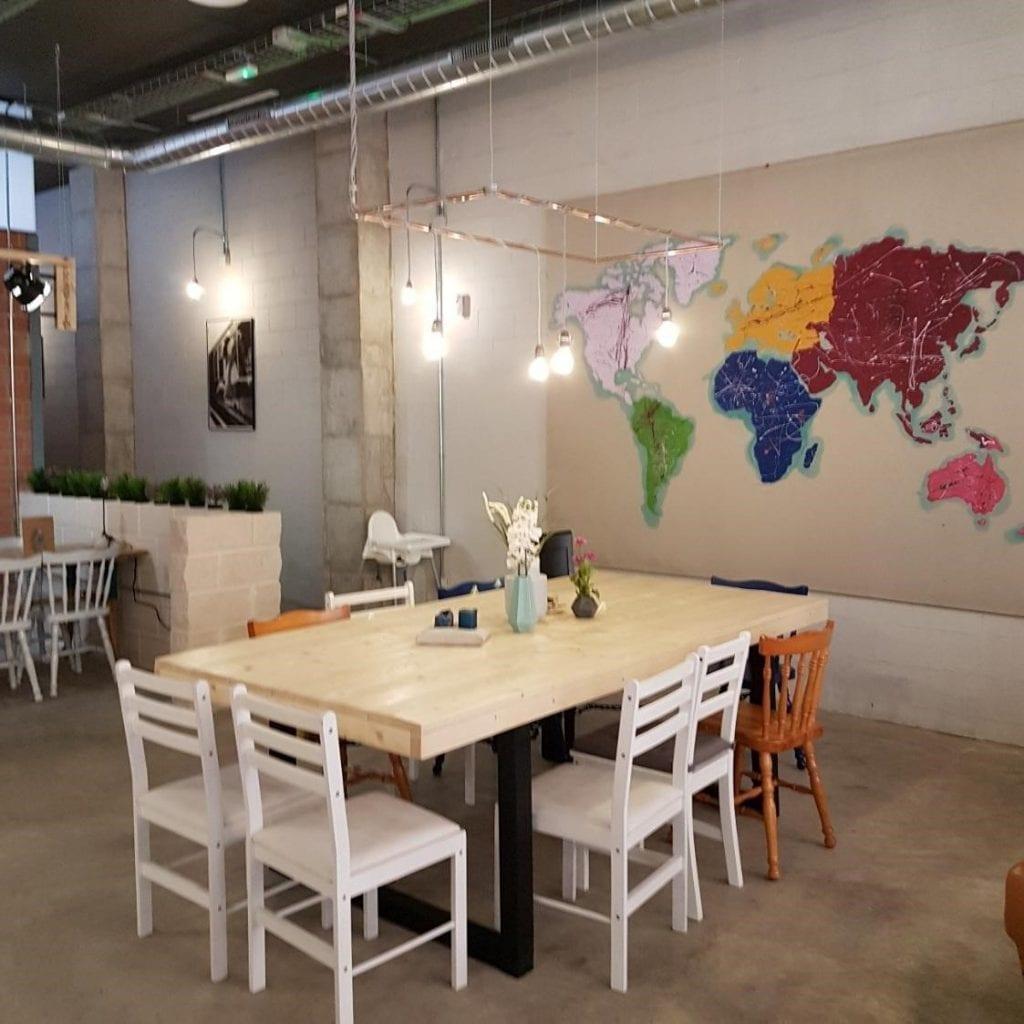 La mesa comunal en la tienda de café Sip & Wonder, construida por ellos mismos.