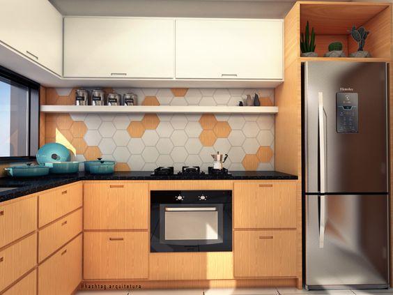 Cozinha com armário branco superior e amadeirado inferior com geladeira de inox, bancada da pia de mármore preto e revestimento hexagonal na parede da pia em tons branco e amadeirado
