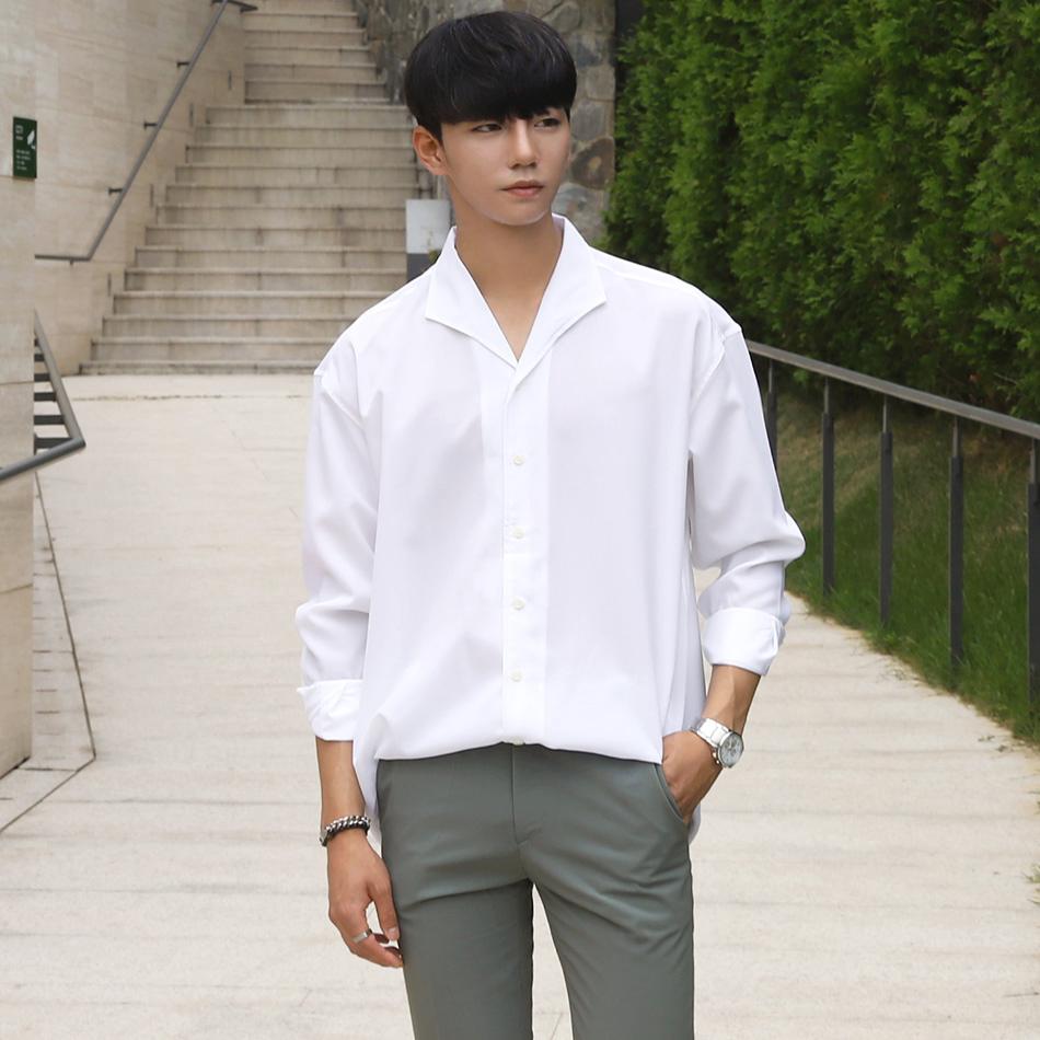 Kết hợp mặc áo sơ mi nam unisex màu trắng với quần tương phản sẽ cho bạn một phong cách thời trang khá ấn tượng