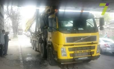 В Одессе водитель бетономешалки врезался в мост