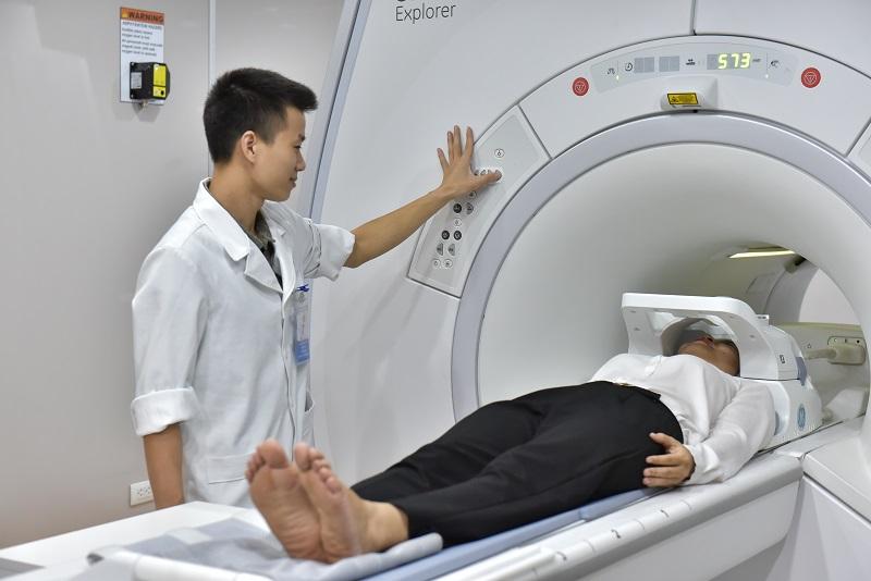 Nhân viên phòng máy chuẩn bị chụp MRI