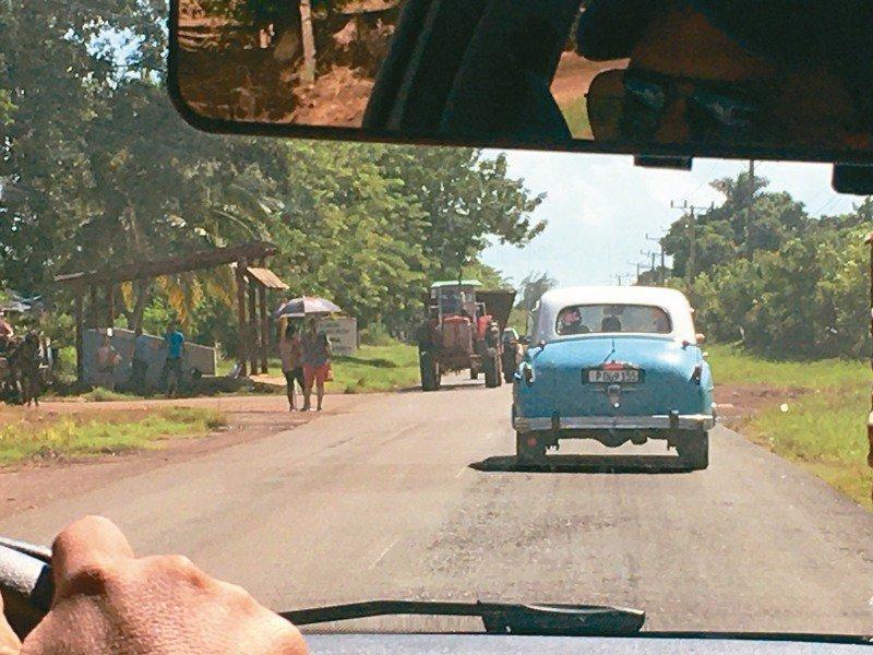 馳騁古巴公路上,往西恩富戈斯途中。(圖/吳妮民提供)
