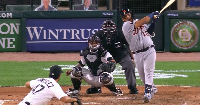 Un jugador de béisbol se prepara para golpear la pelota  Descripción generada automáticamente