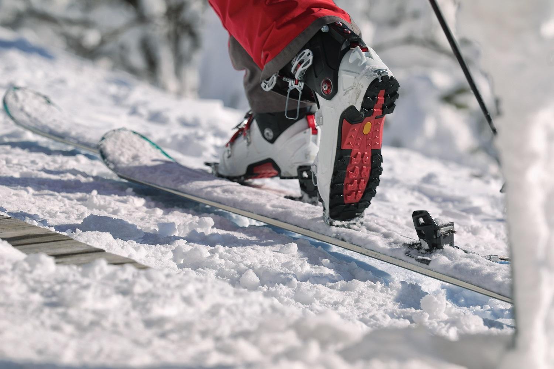 Fijaciones de esquí ya ajustadas en la nieve