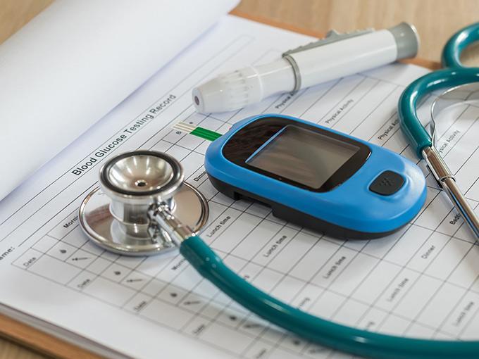 Mithilfe eines Messgeräts bestimmt der Arzt die Glukosetoleranz des Patienten.