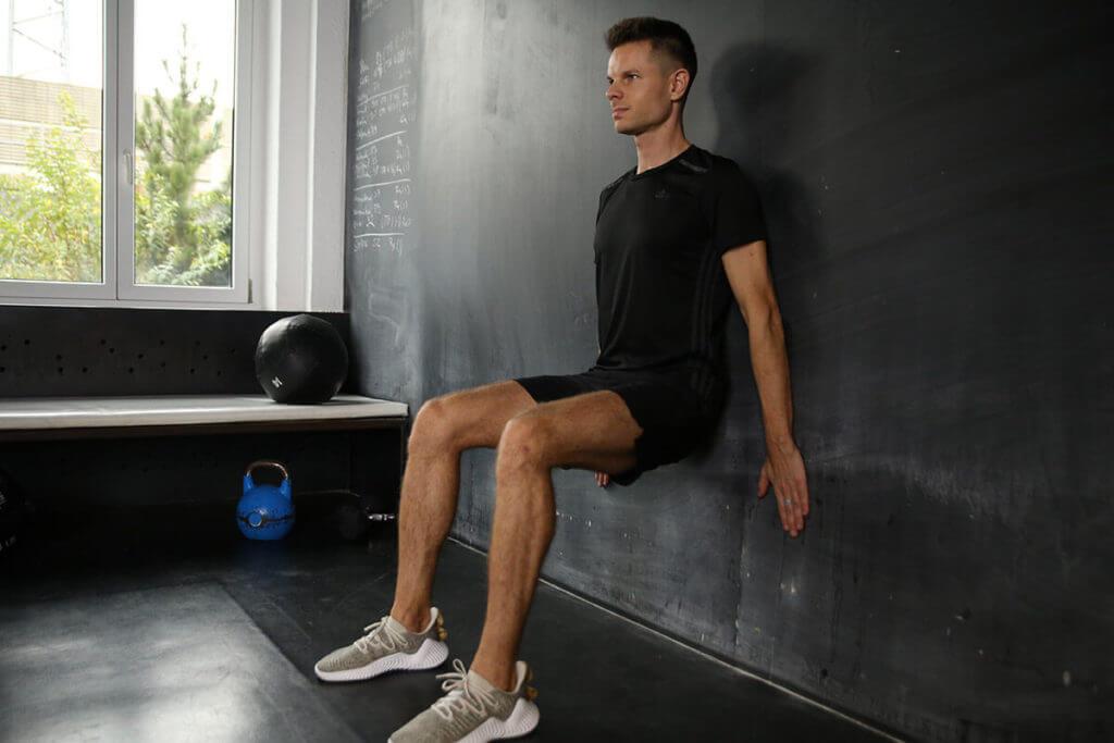 Động tác wall sit giúp giảm mỡ đùi tối đa