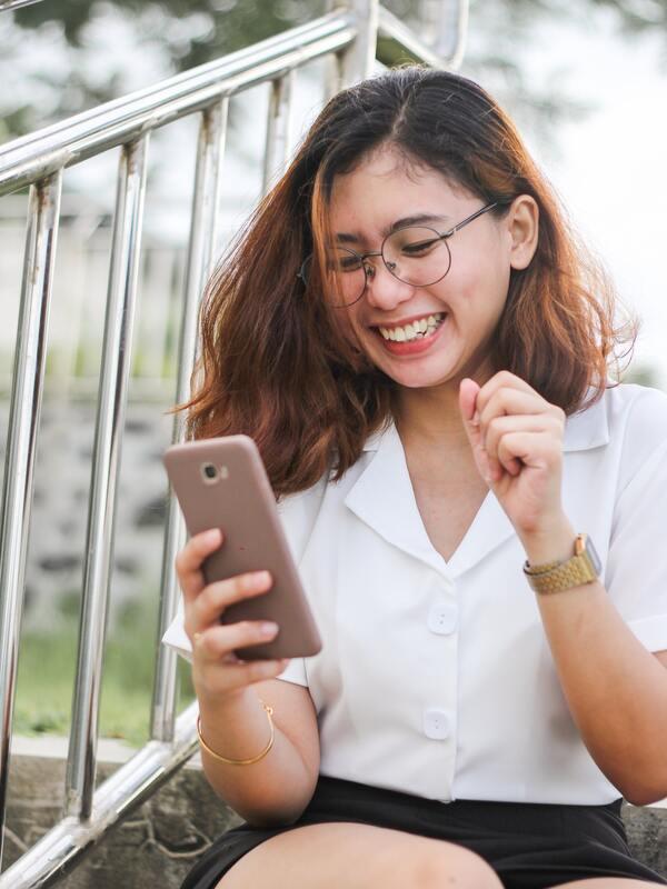 mulher mexendo no celular