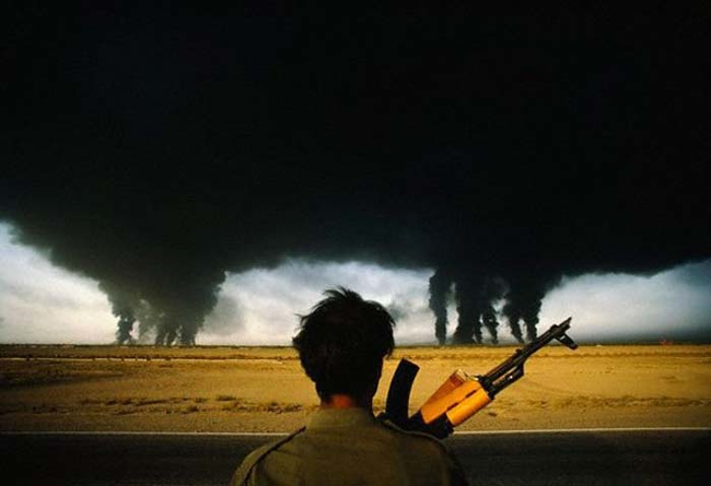 09 - Iranian soldiers looks at the burning Iraqi oil fields