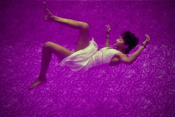 foto de uma mulher afundando em um fundo roxo