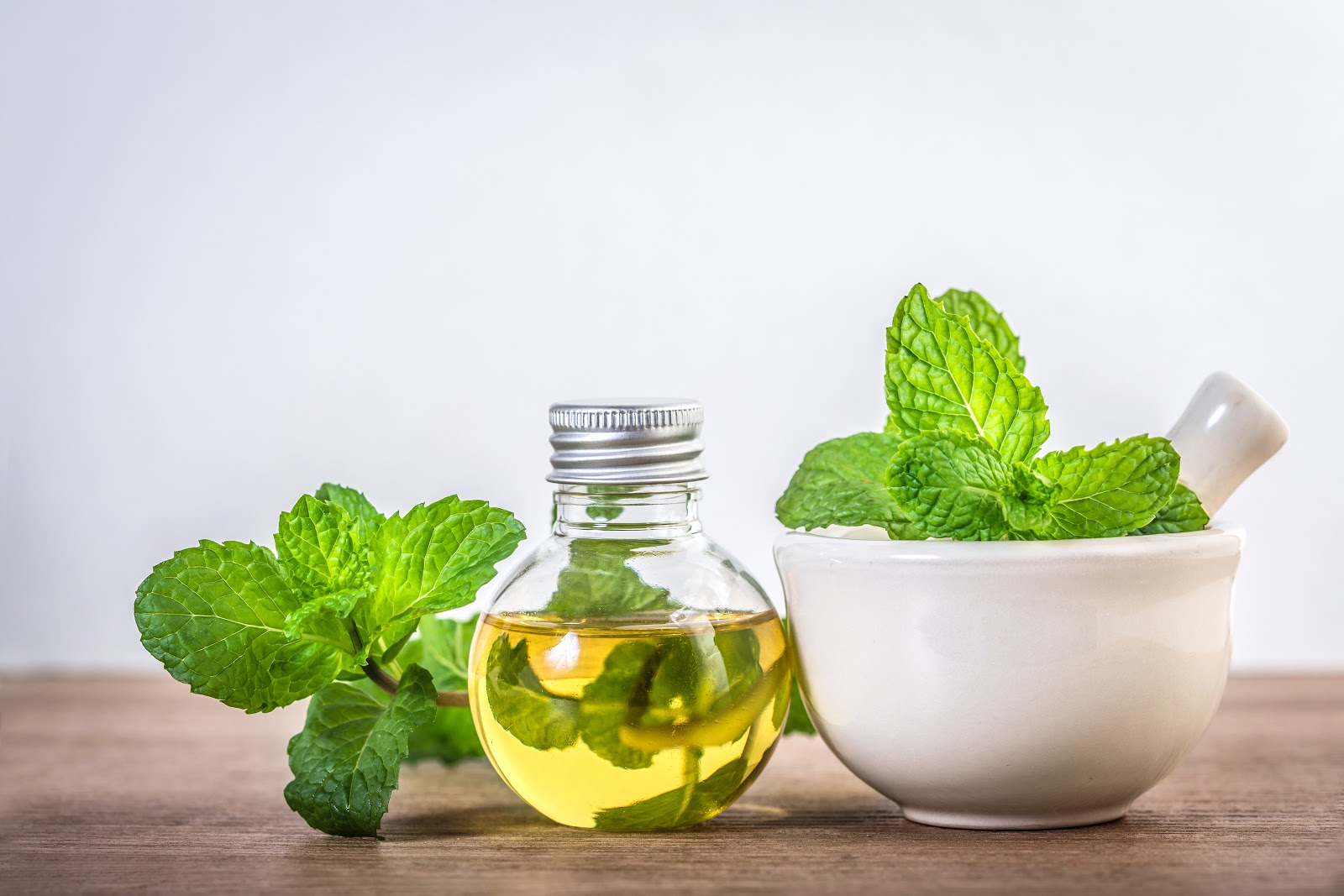 How to get rid of gas pain: mint leaves in a spice grinder and oil bottle