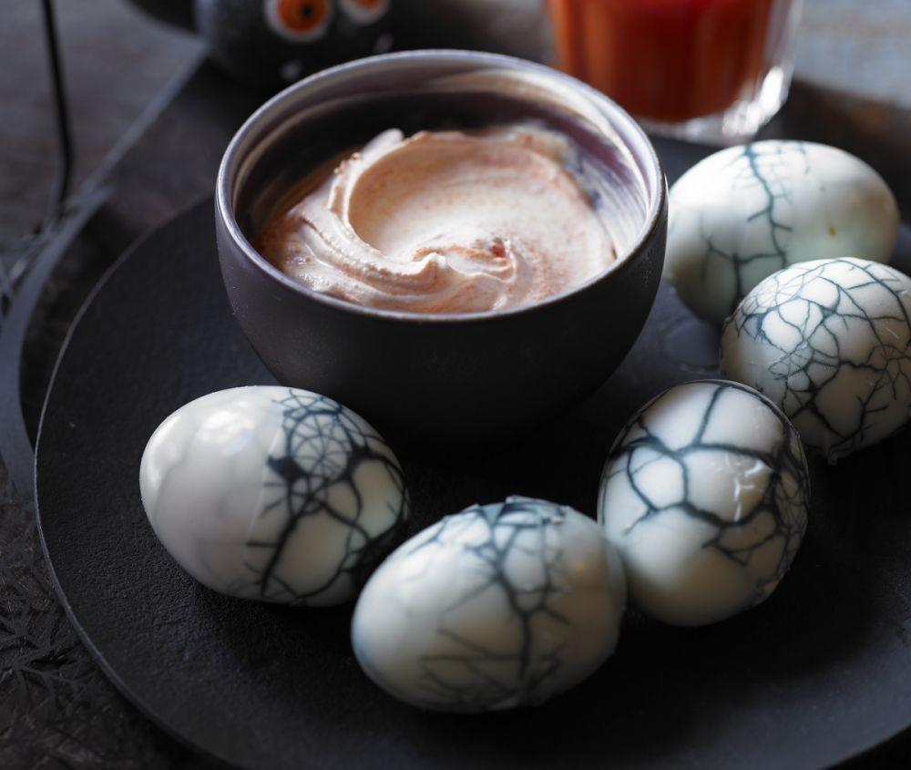 2. Kue Halloween Bebas Gula - Cracked from Hell Boiled Eggs