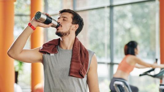 Durante a prática de exercícios hidrate-se e