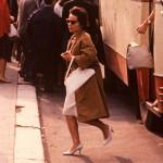 Description: Dupa toate criteriile de styling,                                femeia este atent imbracata.