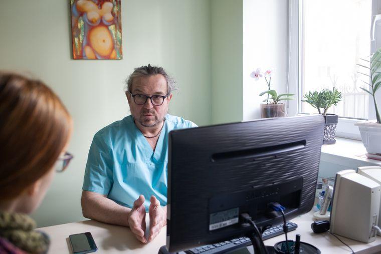 Алексею нередко приходится сообщать пациенткам плохие новости: ведь на основе его консультаций женщины иногда должны принимать судьбоносные решения относительно своей беременности, Киев, 16 марта 2020